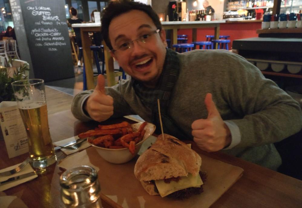 So sieht ein Weltmarktführer aus Gonsenheim aus. Martin Michenfelder mit seinem Chorizo Sandwich. Offenbar kann man als Unternehmer erfolgreich sein und sich gleichzeitig die Freude am Leben bewahren. Work Life Balance at its best. (sde)